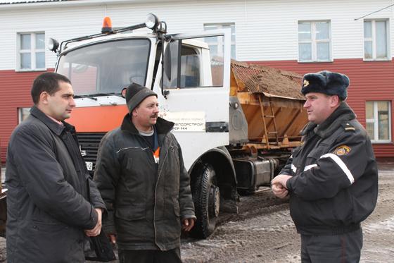 П. Волков, С. Вареник и П. Мартыненко ведут разговор о ситуации на дорогах