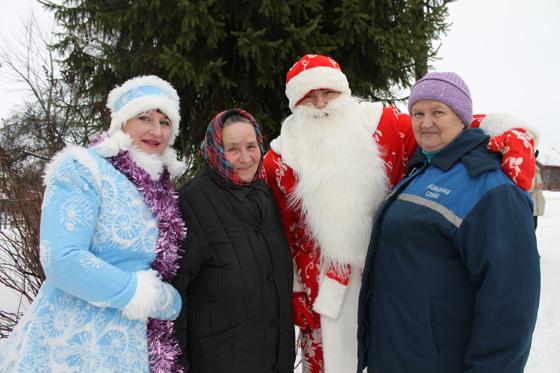 Дед Мороз со Снегурочкой поздравляют Марию Лопаухову и Ирину Мацкевич с Новым годом