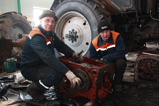 ремонт коробки передач МТЗ-1221 проводят Владимир Юрочкин и Игорь Пряслов