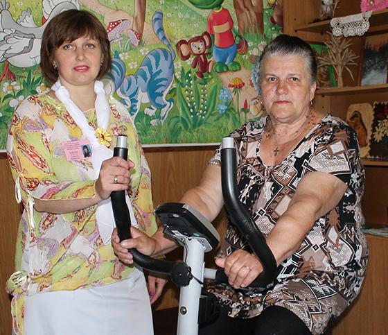 С. Кизева со своей подопечной Л. Верес во время занятия по двигательной активности