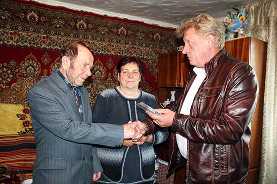 медали супругам Голубевым вручает председатель сельисполкома Юрий Осипов