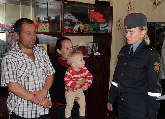В. Ханевская беседует с семьей из Вымно