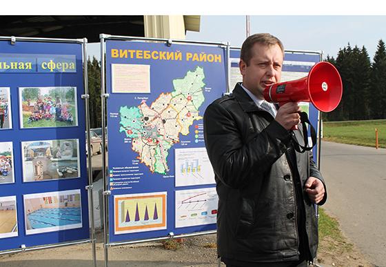 председатель райисполкома Руслан Фурашов приветствует участников пресс-тура