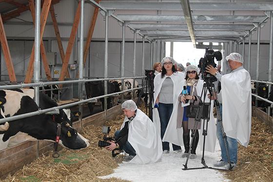 участники пресс-тура на ферме СХП «Мазоловогаз»
