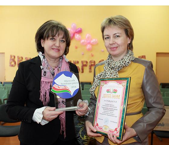 Ольга Рязанова поздравляет директора Новкинской СШ Ольгу  Трубловскую с заслуженной наградой
