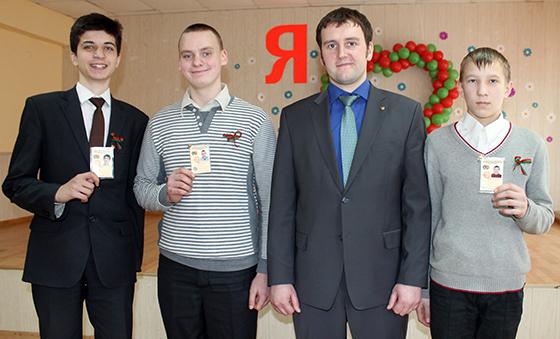 Владимир Костюкович с новоиспеченными  представителями БРСМ