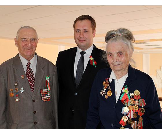 Руслан Фурашов с ветеранами войны Владимиром Ильичом Мезенцевым и Аделиной Филипповной Ромашевской