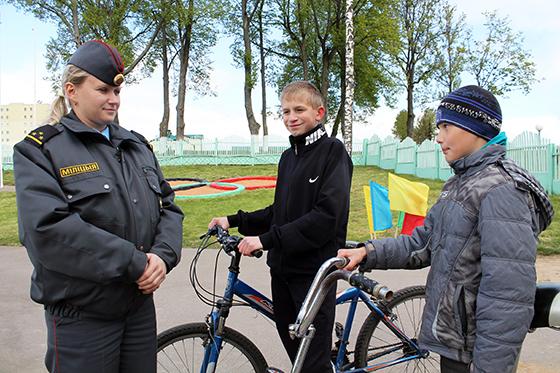 Вероника Ханевская проводит профилактическую беседу с должанскими школьниками