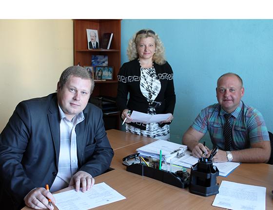 оллектив райинспекции природных ресурсов и охраны окружающей среды во главе с  Михаилом Кмито (справа)