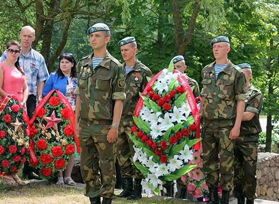 У памятника на Вороновском кольце почтили память советских летчиков, погибших в годы войны