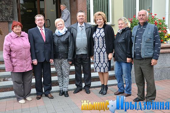 На снимке: участники встречи вместе с Виктором Мирошем и заместителем директора по идеологической и социальной работе Раисой Ершовой