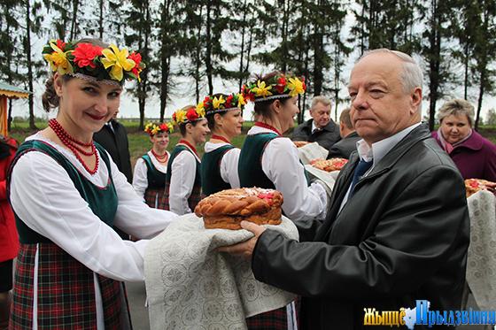 На снимке: хлеб-соль от гостеприимных хозяев председателю районного Совета депутатов Василию Станкевичу