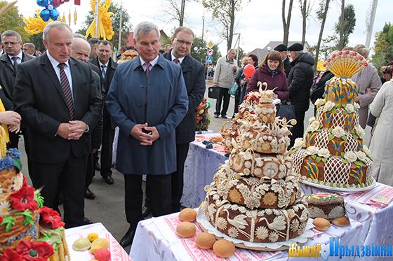 На снимке: Николай Шерстнёв и председатель Палаты представителей Национального собрания Ребспублики Беларусь Владимир Андрейченко на выставке караваев