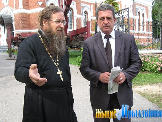 На снимке: Отец Михаил и Леонид Дубина всегда находят взаимопонимание