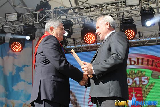 На снимке: Николай Шерстнёв поздравляет Демико Надирашвили с трудвой победой