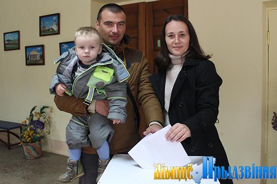 На снимке: голосует молодая семья Ивановых