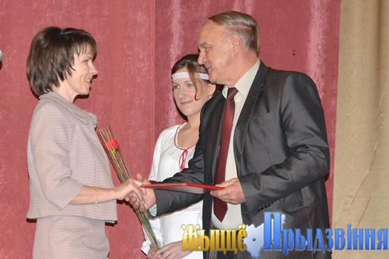 На снимке: грамота от председателя райкома профсоюза работников АПК Александра Красовского