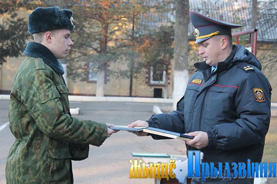 На снимке: вручение наград военнослужащим
