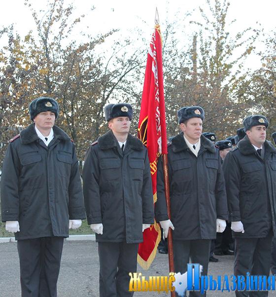 На снимке: знаменная группа с боевым Знаменем части