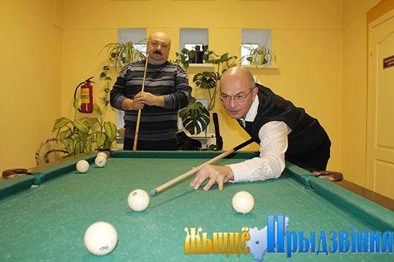 На снимке: за бильярдным столом Александры — Воробей и Денисевич