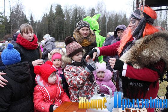 На снимке: Яготка (учитель Вымнянской ДССШ Наталья Виноградова) угощает участников сказочного действа ароматным травяным чаем
