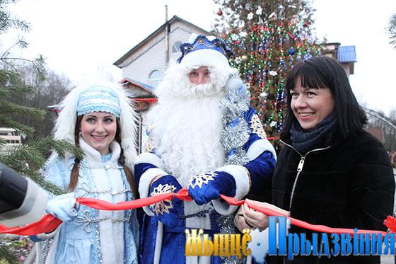 На снимке: Ксения Коробач вместе с хозяевами резиденции открывает двери сказки