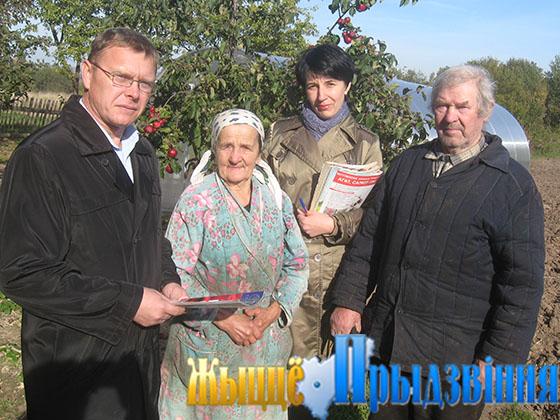 На снимке: А. Лебедев и библиотекарь Е. Ризо на усадьбе Петра и Мальвины Давыдовых