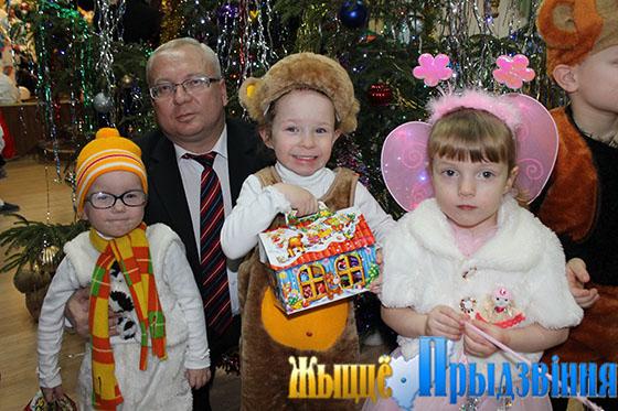 На снимке: Владимир Терентьев с воспитанниками детдома