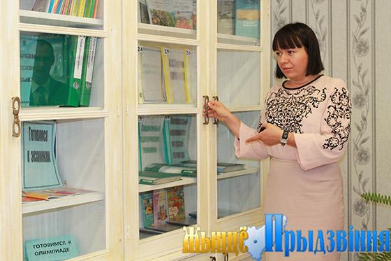 На снимке: Ксения Коробач отмечает большую работу, проделанную педагогом по реставрации мебели
