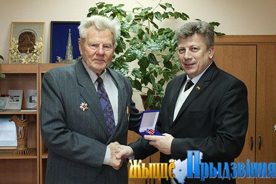 На снимке: Г. Егоров вручает юбилейную медаль В. Терещенко