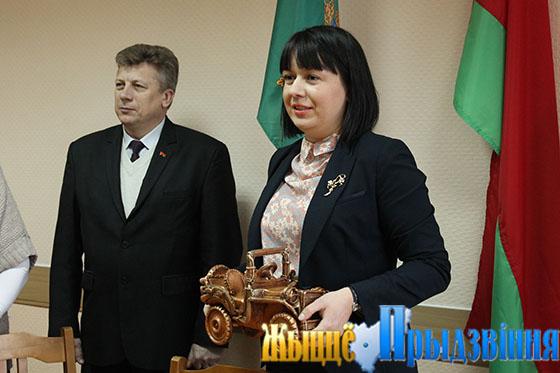 На снимке: подарок ветерану от юных умельцев района передает К. Коробач