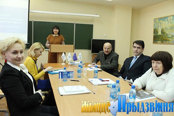 На снимке: Ксения Коробач приветствует участников круглого стола