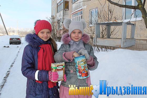 На снимке: учащиеся Октябрьской СШ Саша Колкова и Маша Гулидина следят, чтобы в птичьей столовой у дома № 3 по ул. Оршанской всегда было угощение для пернатых.