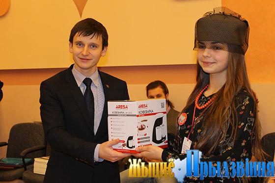 На снимке: Виктор Глушин вручает Александре Гвоздевой, экскурсоводу музея на колесах, спецприз