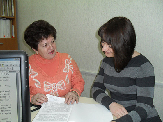 На снимке: Тамара Чумакова (слева)  и юрисконсульт ОАО «Возрождение» Александра Баранова