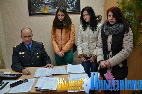 На снимке: Юрий Жоров проводит профилактическую беседу с подростками