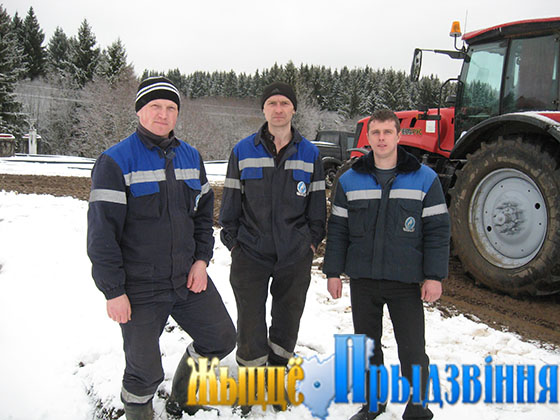 На снимке: Роман Хашковский (справа); механизаторы Алексей Баневич, Артем Семенчук