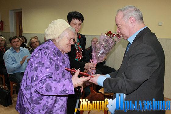 На снимке: Василий Станкевич вручает Почетную грамоту Анне Ивановне Махренковой
