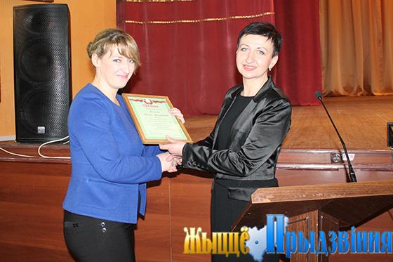 На снимке: Марина Здольникова (справа) вручает грамоту Илоне Волковой