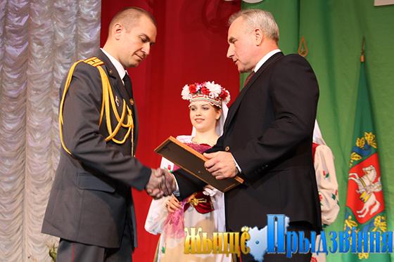 На снимке: Николай Шерстнёв поздравляет с присвоением почетного звания «Человек года Витебщины» старшего участкового инспектора милиции Сергея Тихонова