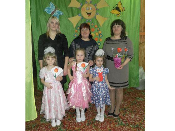 На снимке: Татьяна Вернер с доченькой Дашей, Марина Батуро с Лизонькой и Светлана Фролова с Настенькой.