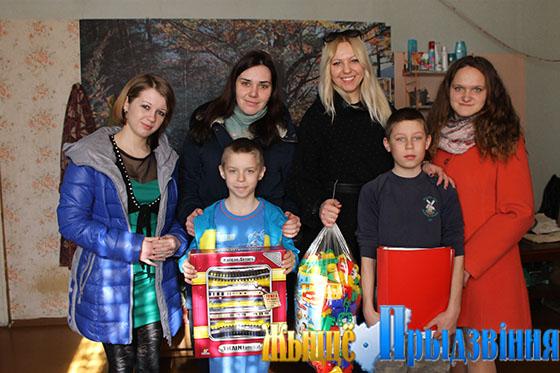 На снимке: подарки от молодых педагогов