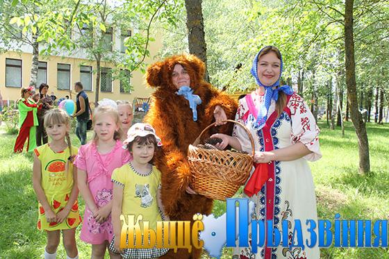На снимке: Маша и Медведь взяли детвору в свою компанию