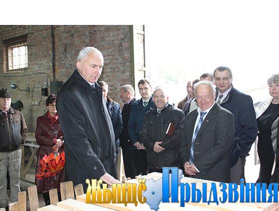 На снимке: Геннадий Сабынич и председатель райсовета депутатов Василий Станкевич (на переднем плане) в столярном цехе
