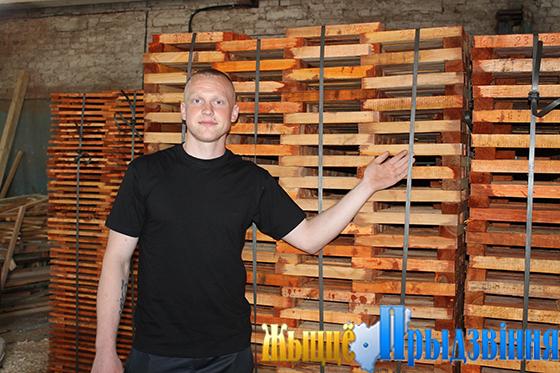 На снимке:  Андрей Дерябо демонстрирует подготовленную на экспорт продукцию