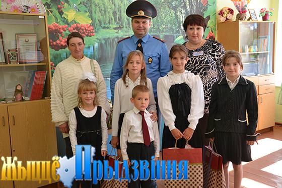 На снимке: Сергей Ковалевский, директор школы Татьяна Титова и семья Трупчаниновых