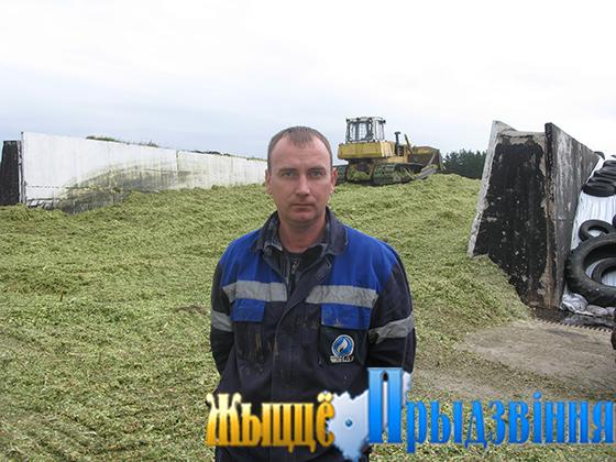На снимке: С. Слепнев — водитель на перевозке массы