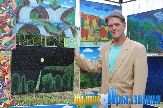 На снимке: Александро Тищенков со своими картинами