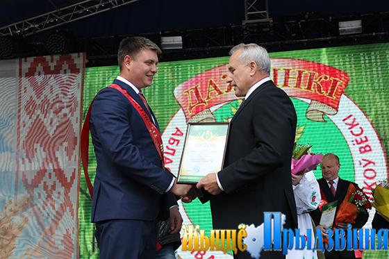На снимке: Николай Шерстнёв вручает диплом победителя областного соревнования директору филиала СХП «Мазоловогаз» Роману Бабаеву