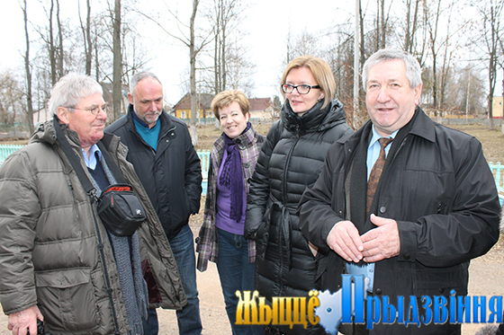 На снимке: Леонид Ковалев (справа) с представителями Мальтийской службы помощи и католического общества «Каритас» в г. п. Сураж.